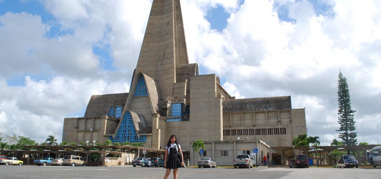 Higüey – Nuestra Señora de la Altagracia. Dit is de basiliek voor de Maagd van Altagracia, een zeer opmerkelijk, volgens velen lelijk, gebouw, het centrum van de pelgrims naar deze stad. De kathedraal in de jaren vijftig van de vorige eeuw gebouwd. Zeer opvallend is de metershoge betonnen boog, die in feite de plaats inneemt van de toren. De Franse architecten hebben André Jacques Dunoyer de Segonzac en Pierre Dupré hebben de torenspits vormgegeven als een stel biddende handen. Het klokkenspel van deze kerk is het grootste van de Nieuwe Wereld.