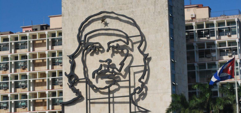 """Op de gevel van het gebouw van het Ministerie van Binnenlandse Zaken pronkt het bekende ijzeren smeedwerk naar het beeld van Che Guevara, met de tekst """"¡Hasta la Victoria Siempre!"""". Dat refereert aan het motto van Che Guevara: """"Tot de overwinning altijd"""""""